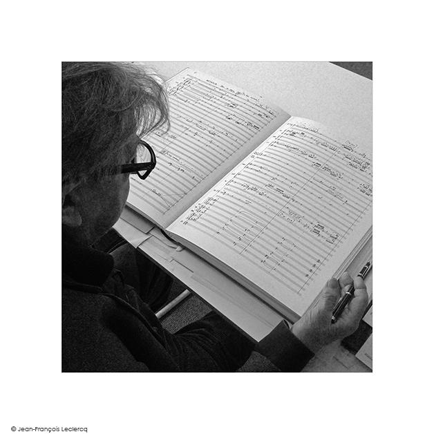 Henri-Dutilleux-à-sa-table-de-travail-2